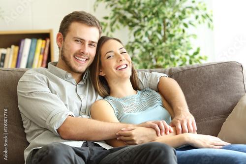 Plakat Szczęśliwa para pozuje patrzejący kamerę w domu