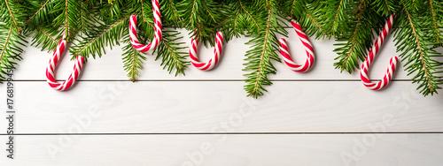 Zdjęcie XXL Bożenarodzeniowy tło z cukierek trzcinami na białym drewnianym stole