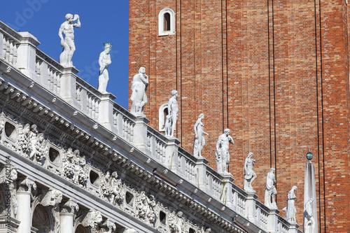 Plakat Biblioteka Narodowa św. Marka (Biblioteca Marciana), posągi na szczycie, Wenecja, Włochy