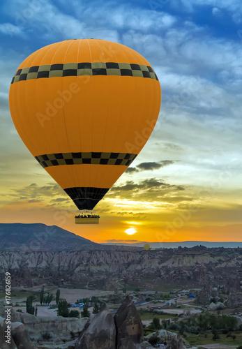 Plakat Balon na gorące powietrze latające nad krajobrazem rocka