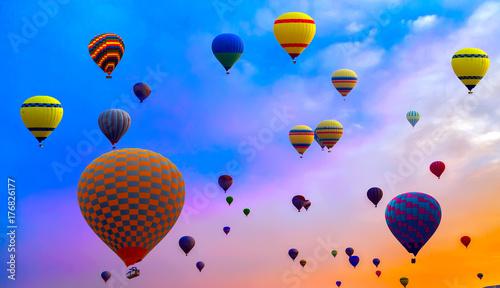 Plakat Gorące powietrze balon wysoko w niebie