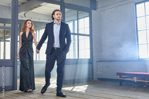 Photographie  stylish actors posing on a concrete background with pompous expression