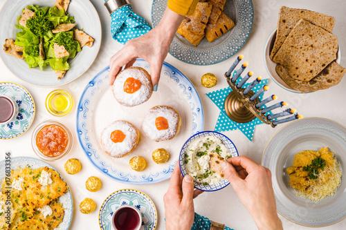 Plakat Świąteczne święto na Chanuka, nakrycie stołu, ręce nad stołem