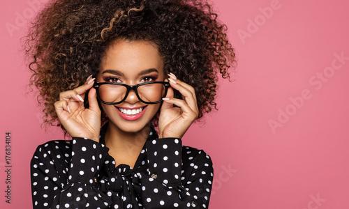 Plakat Piękno portret czarnej kobiety twarz z naturalną czystą skórą
