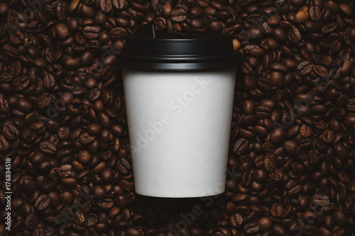 In de dag Cafe Mockup of coffee beans with white paper cup.