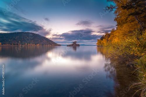 Zdjęcie XXL Piękny poranek krajobraz. Borovoe jezioro i kamienia sculprure jumbaktas, Burabay park narodowy w Północnym Kazachstan. Strzał w długą ekspozycję.