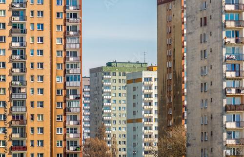 charakterystyczny-budynek-mieszkalny-z-prefabrykowanego-sprezonego-betonu-z-lat-80-w-warszawie