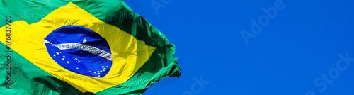Foto auf Gartenposter Brasilien Bandeira do Brasil e céu azul.