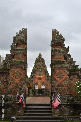 """Plakat Świątynia (zwana """"pura"""" w języku balijskim) wokół Ubud na Bali"""