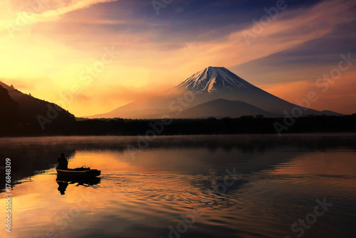 Silhouette fishing boat  and Mt. Fuji at Shoji lake Tableau sur Toile