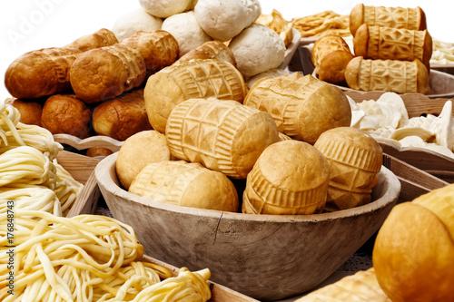 Plakat Wiele rodzajów oscypek wędzony ser obok korbacik sera na białym tle.