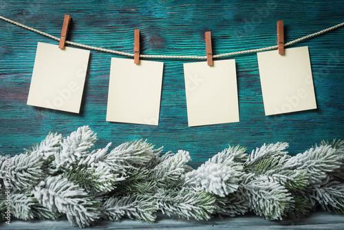 Zdjęcie XXL Cztery puste papierowe etykietki nad Bożenarodzeniowym tłem