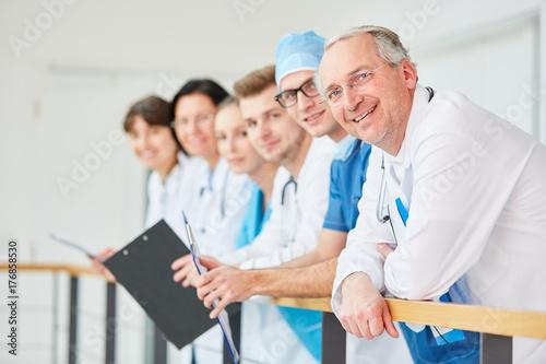 Photo  Stolzer Oberarzt mit seinem jungen Team