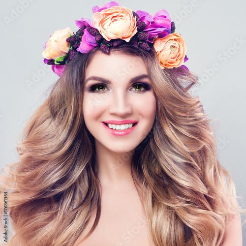 Plakat Blossom Beauty. Piękna kobieta Spa model z falowane blond włosy, makijaż i kolorowe kwiaty wieniec, idealne kobiece twarz zbliżenie