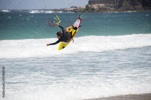 Plakat kiters w skokach z desek surfingowych