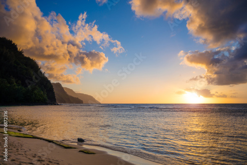 Valokuva  Sunset of the Na Pali coast from Ke'e Beach on north of Kauai, Hawaii