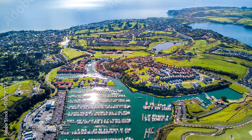 Photo Aerial view on residential suburbs surrounded by sunny ocean harbour