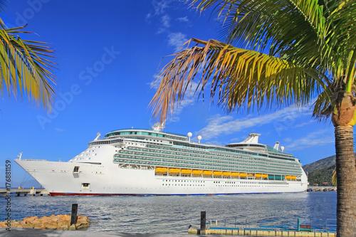 Plakat Luksusowy statek wycieczkowy w porcie na słonecznym dniu