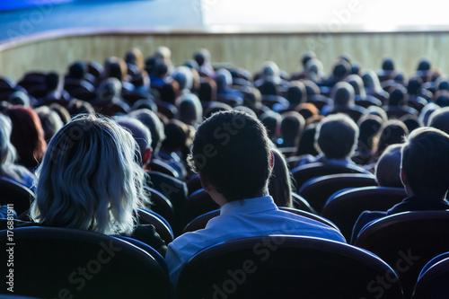 Zdjęcie XXL Ludzie w audytorium podczas występu. Teatralna produkcja.