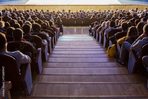Plakat Ludzie w audytorium podczas występu. Teatralna produkcja.