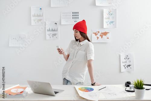 Fotografía  Freelancer working  at the desk