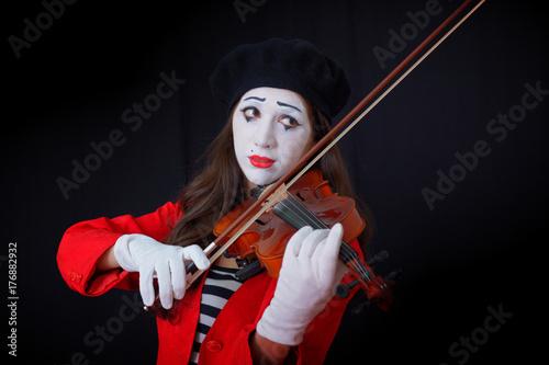 Plakat dziewczyna ubrana jak MIME gra na skrzypcach