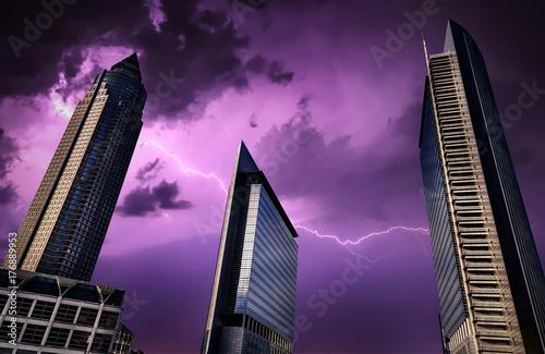Fototapeta Biznesowy miasto Ogromne wieże Buduje i Błyskawicowy piorun na niebie