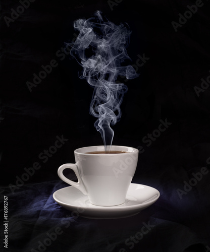 Zdjęcie XXL Filiżanka z kawą i kontrparą w zimnym świetle na czarnym tle