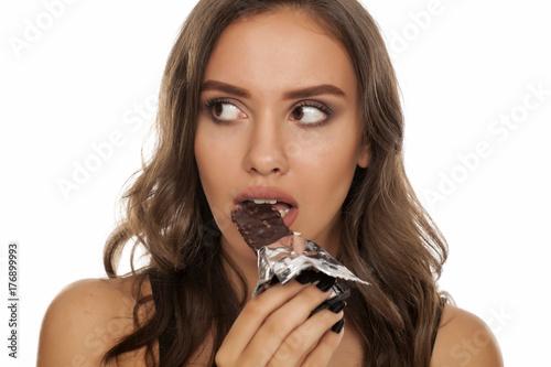 Plakat Portret piękny młodej kobiety łasowania zboża bar na białym tle