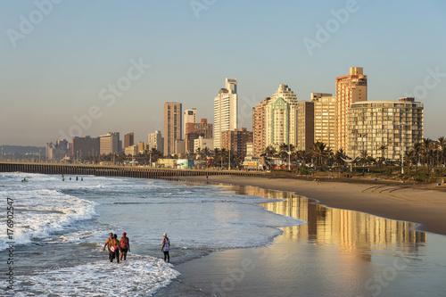 Skyline und Strand von Durban, Südafrika