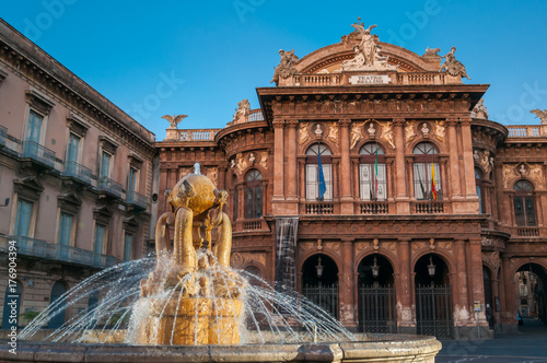 Fotografia Landmarks of Catania: night view of the fountain of Dolphins in Piazza teatro Ma