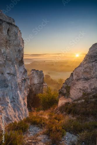 Fototapeta Wschód słońca w dolinie wysokich skalistych gór