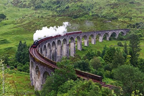 Lokomotywa parowa na wiadukt Glenfinnan w Szkocji