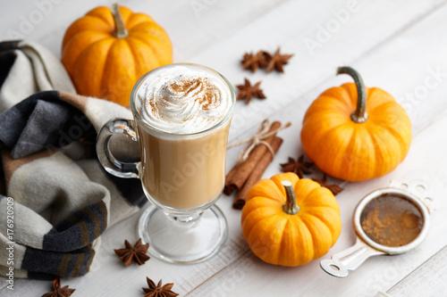 Photo  Fall pumpkin spice latte with whipped cream and cinnamon, ornamental pumpkins an