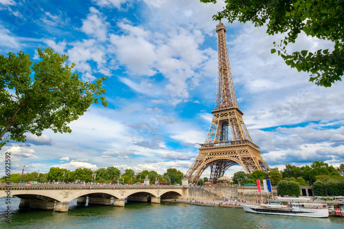 Papiers peints Paris The Eiffel Tower and the river Seine on a summer day in Paris