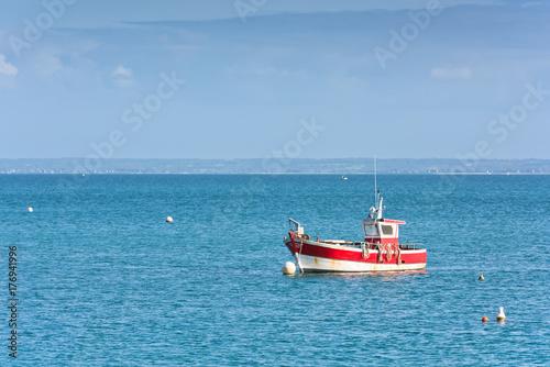 Plakat Jasne błękitne morze i łódka rybaka