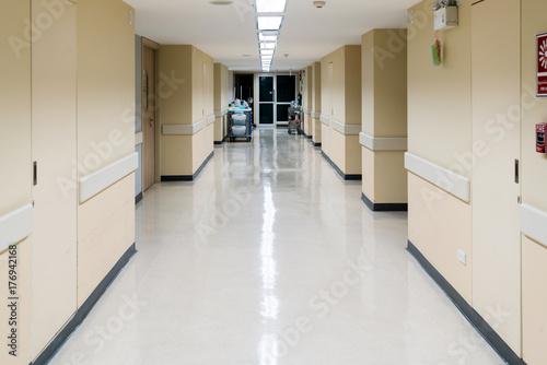 Plakat Pusty korytarz w szpitalu