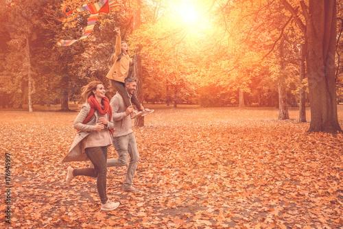 Plakat Rodzina biegnie jesienią
