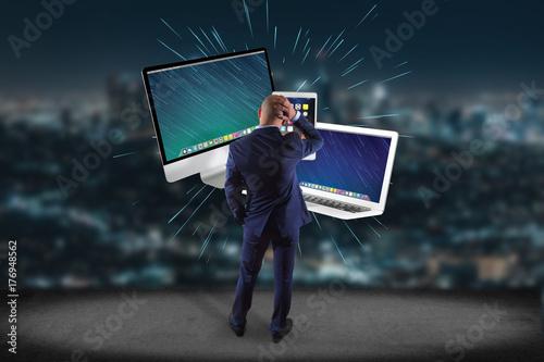Plakat Biznesmen przed ścianą z komputerem i przyrządami wystawiającymi na futurystycznym interfejsie - multimedii i technologii pojęcie