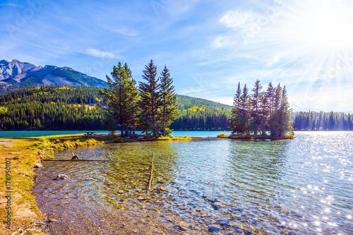 Plakat Malownicze jezioro i mała wyspa