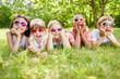 canvas print picture - Multikulturelle Gruppe Kinder mit Sonnenbrillen