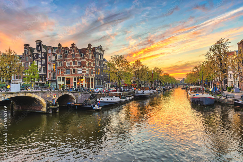 Photo  Amsterdam sunset city skyline at canal waterfront, Amsterdam, Netherlands