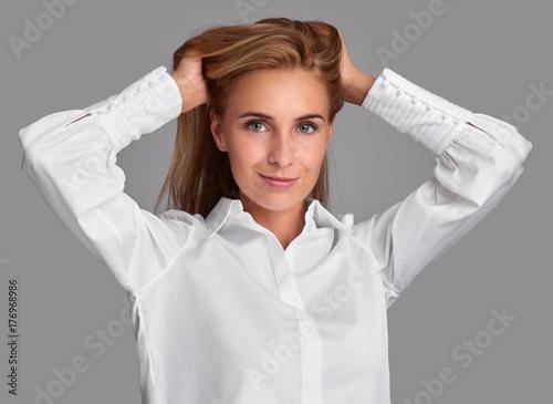 Plakat ładna dziewczyna z długimi włosami. Studio strzał