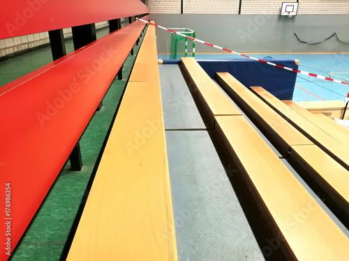 Tribüne für die Zuschauer eines Handballturniers in einer Sporthalle in Oerlinghausen bei Bielefeld im Teutoburger Wald in Ostwestfalen-Lippe
