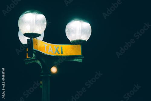 Zdjęcie XXL Postój taksówki znak w nocy