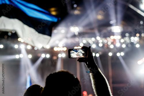Plakat Nagrywanie koncertu z telefonem komórkowym
