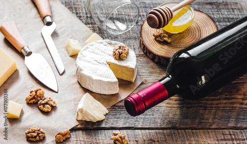 Plakat czerwone wino z serem i miodem na drewniane tła