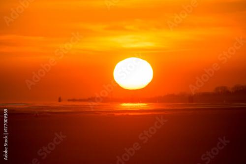 Papiers peints Orange eclat 太陽と飛行機の美しいシルエット
