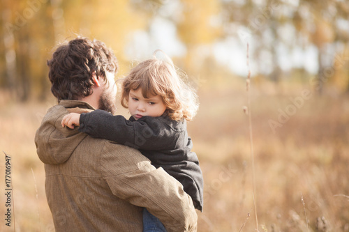 Photo  Father and his little daughter together in the field
