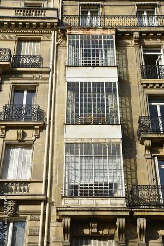 Immeuble Haussmannien à Fenêtre En Saillie Vitrée à Paris France